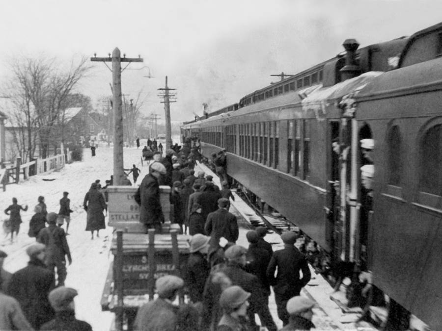 B11 - Soldiers embarking at the Antigonish train station, 1916