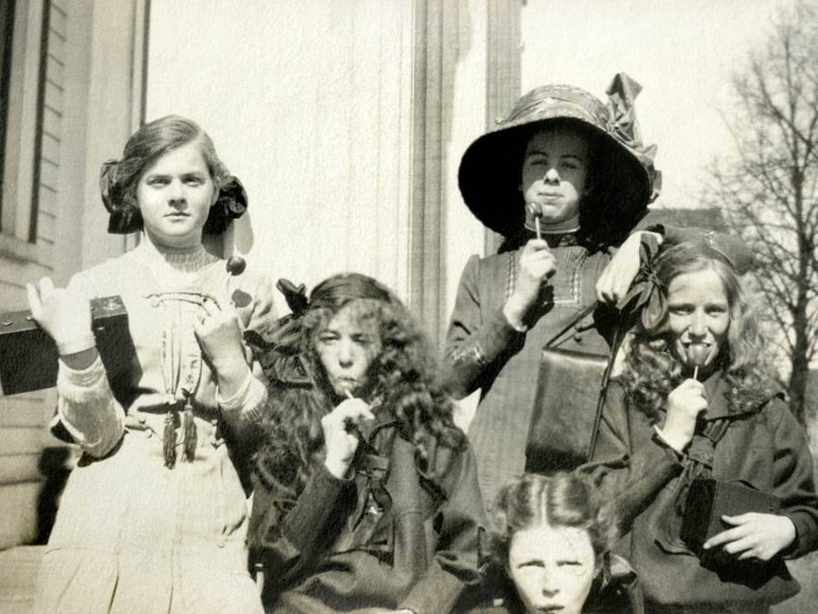 B5 - Women and girls with Brownie Cameras, c 1910