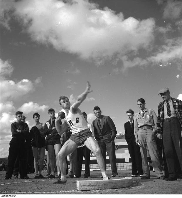 B7 - Standing Stone Putt, Highland Games, 1940