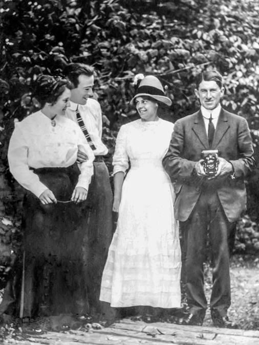 B8 - Garden party, c 1910