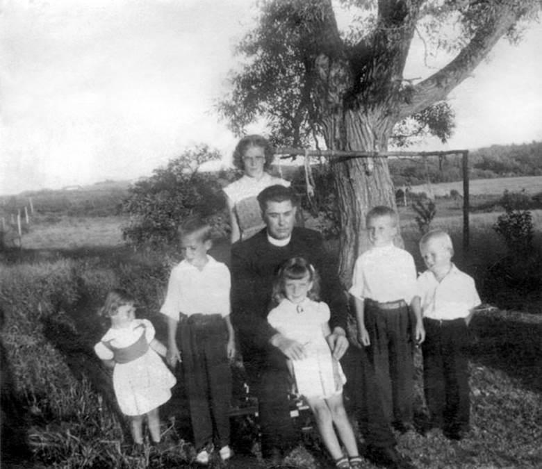 B9 - Rev. Louis Arthur Venedam (1899-1958) with nieces and nephews c1950